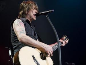"John Rzeznik, lead singer for the Goo Goo Dolls, sings out during ""Slide"" Sunday night."