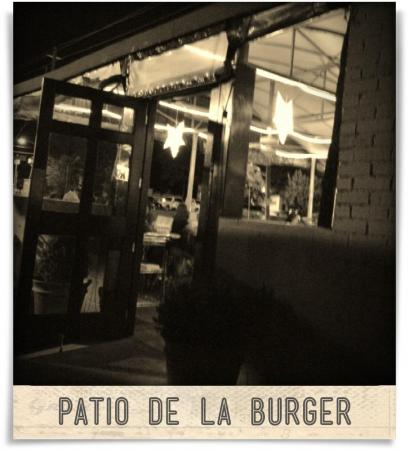 Taken at MoJoe's Burger Joint.  Comment: Patio de la burger