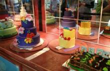 The cakes are on turntables, and a mirrored back to the cabinets allows visitors to appreciate the entire cake.