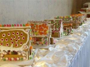 This Dec. 18, 2004 file photo shows gingerbread houses in the lobby of the Park Plaza Regency Lodge hotel in Omaha, Neb. Unless you have a culinary degree, an incredibly steady hand and a few months to spare, you probably won't be able to recreate those breathtaking gingerbread houses that dazzle from bakeshop windows. But that doesn't mean you should give up on your gingerbread dreams. The trick is that instead of trying to create an architectural wonder, focus on creating lasting memories. (AP Photo/Nati Harnik, FILE)