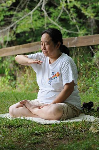 Yung Li demonstrates the practice of Falun Dafa. It consists of easy exercises and meditation.