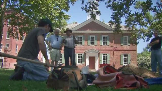 Archaeologists dig for old Edenton courthouse