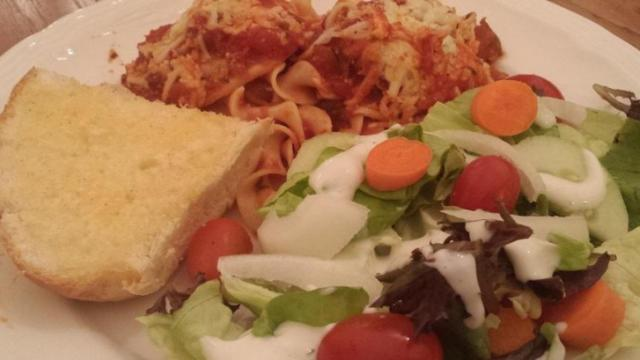 Baked cheese ravioli with salad and garlic bread