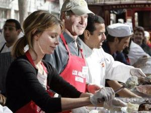 From left, actress Calista Flockhart and actor Harrison Ford join Los Angeles Mayor Antonio Villaraigosa, Wednesday, Nov. 21. 2007, as they dish up food as celebrities and volunteers turn out to help the Los Angeles Mission serve an early Thanksgiving turkey dinner to hundreds of men, women and children who live in Los Angeles' Skid Row. (AP Photo/Reed Saxon)
