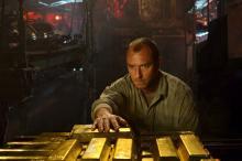"Jude Law surveys the gold inside a sunken U-boat in ""Black Sea."" (Deseret Photo)"