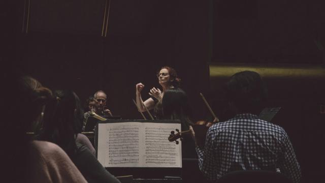 The French conductor Emmanuelle Haïm rehearses with the orchestra at David Geffen Hall in New York, Nov. 19, 2018. Haïm is making her debut with the New York Philharmonic this week in a program of Handel and Rameau. (Nathan Bajar/The New York Times)