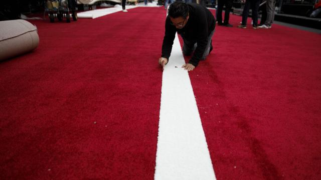 Workers prepare the red carpet area outside the Dolby Theater in Los Angeles, ahead of the 91st Academy Awards ceremony, Feb. 20, 2019. (Patrick T. Fallon/The New York Times)