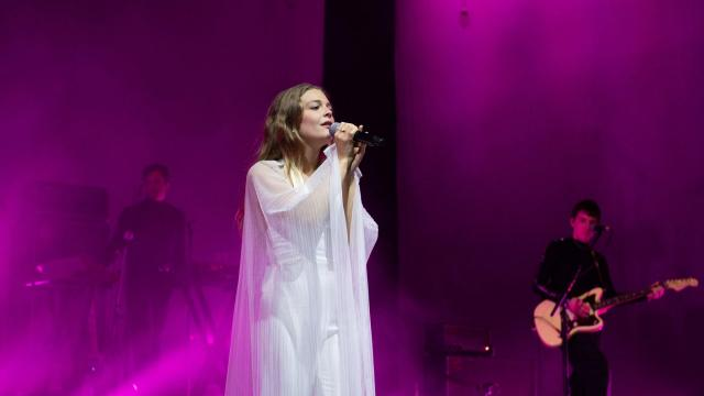 Singer Maggie Rogers stands up to heckler who told her to take her top off