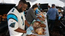 IMAGE: Hundreds of volunteers treat needy to Thanksgiving feast
