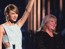 Taylor Swift's mother breaks down at groping trial