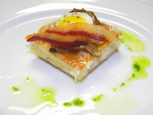 Course 1: Truffled Quail Egg with Tarragon, Mangalitsa Bacon & Mushroom Tart (Photo by Judy Royal)