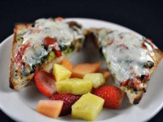 The Kids Pizza bread with fresh fruit at Pronto Pasta (Image from Pronto Pasta)