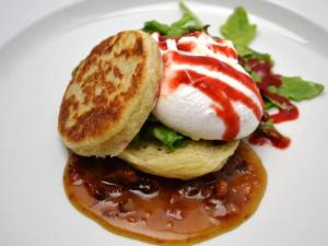 Course 1: Arugula and Lardons, NC English Muffin, Raspberry Sriracha, Poached NC Egg, Heritage Farms Bacon Jam (518 West) (Image from Competition Dining)