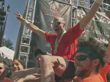 Brotherly love: Surprise guests greet marathon runner at every mile