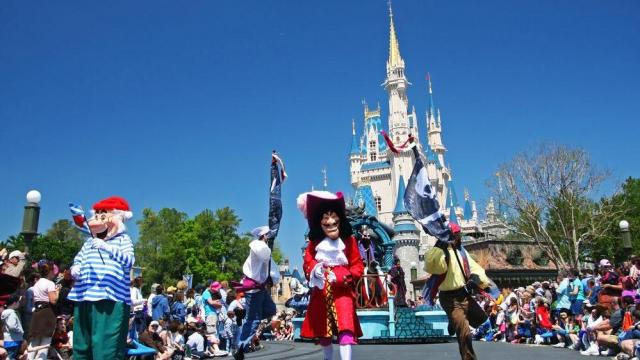 Disney S Magic Kingdom Turns Away Guests Due To Crowds Wral Com