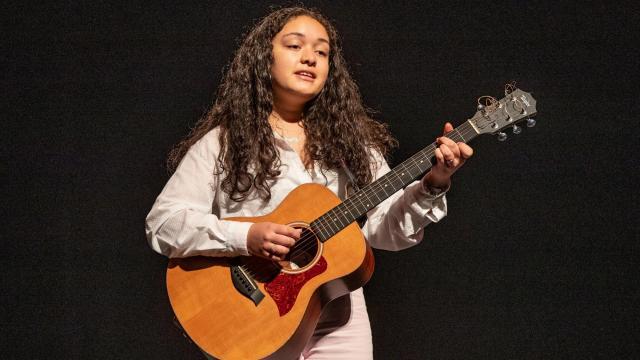Estudiante de la escuela de música comunitaria