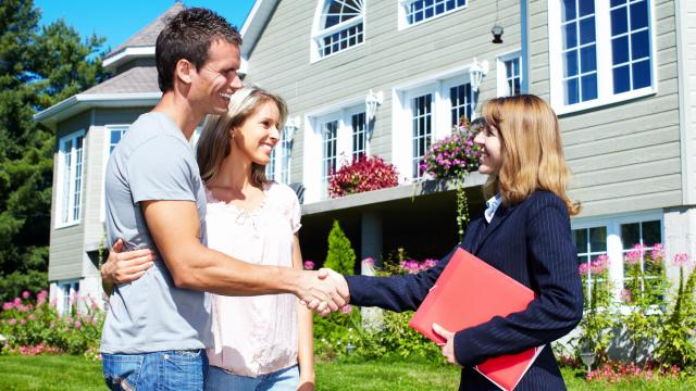 A key benefit of a traditional real estate agent is that the home seller has a single, experienced point-of-contact who is readily accessible to answer questions and to provide counsel throughout the entire sales process. (kuran/Big Stock Photo)