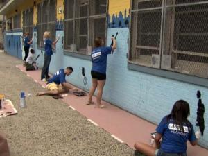 On Sunday, 40 GlaxoSmithKline employees joined hundreds of other volunteers, including former professional basketball stars Bob Lanier and Kevin Willis, to spruce up Public School No. 140 in New York City.