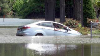 RAW: Man pulled from car as Neuse River waters rise