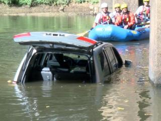 Crews fish empty minivan from Neuse River