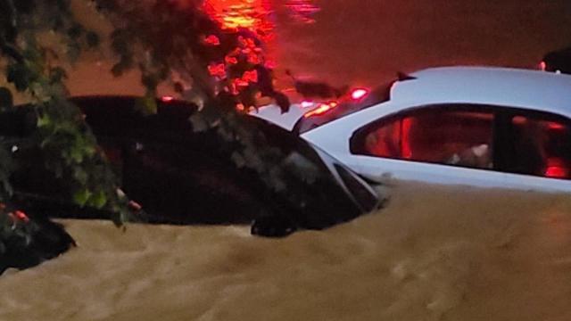 Inundaciones cerca del Water Rescue cerca de Dana Drive en Raleigh.  Crédito de la imagen: Taha y Ali Rahmani