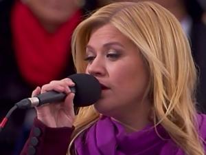 Kelly Clarkson sings 'America'