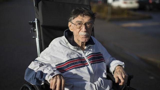 U.S. Air Force veteran Walter Savage, 81, who was denied admittance to the local veterans hospital, outside the Rose Haven Nursing Center, in Roseburg, Ore., Dec. 21, 2017. Doctors and nurses at the Roseburg Veterans Administration Medical Center believe that administrators are limiting the number of patients it admits in an effort to lift its quality-of-care ratings. (Ruth Fremson/The New York Times)