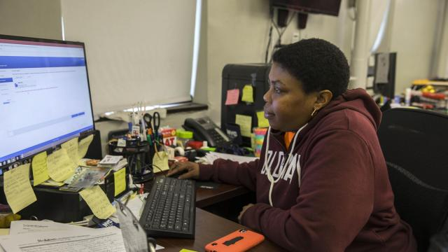 Tyshema Basnight uses one of the few aging computers available in the Queensbridge Tenants Association office to apply for a job, in New York, Nov. 7, 2018. Amazon seems set on establishing a major headquarters in Basnight's neighborhood, but residents of Queensbridge Houses, the country's largest housing project, are worried there will be no job opportunities for them. (Hiroko Masuike/The New York Times)