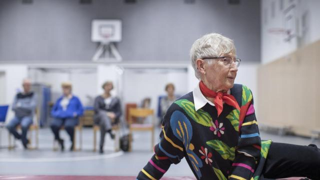 Nanda Silkens, 79, takes a course in learning how to avoid falls, and to fall safely, in Leusden, Netherlands, Nov. 16, 2017. The Dutch, like many elsewhere, are living longer than in previous generations, often alone. As they do, courses like this one have become common enough that some insurers even help cover their costs. (Jasper Juinen/The New York Times)