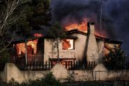 IMAGES: Dozens dead as wildfires near Athens force people to flee into the sea