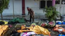 IMAGES: Days After Indonesia Tsunami, Burying the Dead and Begging for Aid