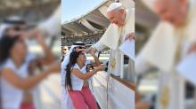 IMAGE: Pope Francis praises girl who broke through security to give him a letter