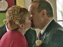 Starbucks lovers tie the knot at coffee shop