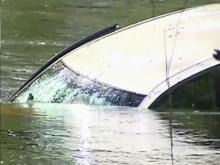 Man keeps calm, escapes flooding car